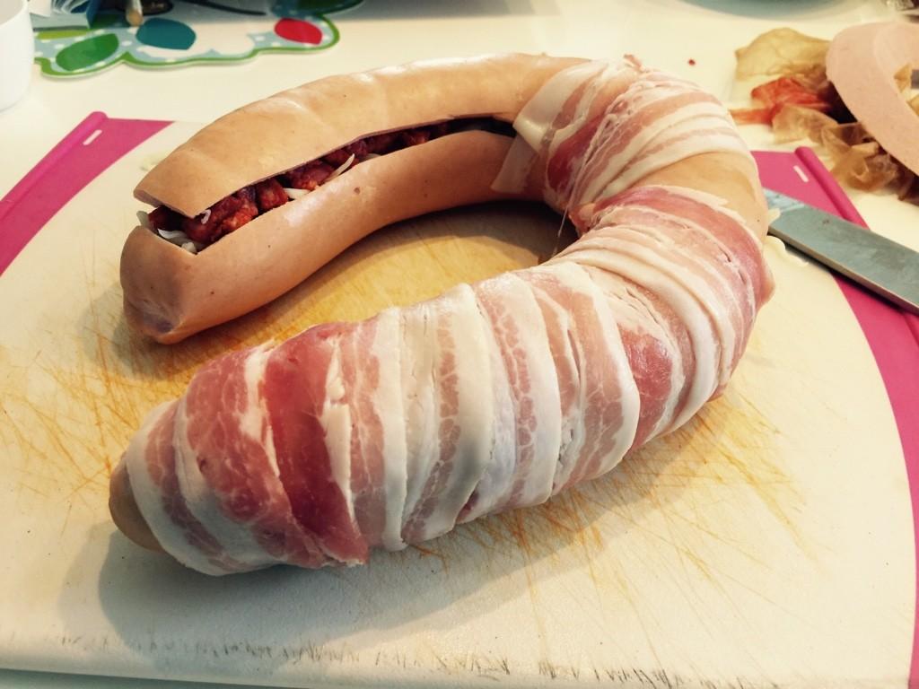 Wurst mit Bacon einwickeln
