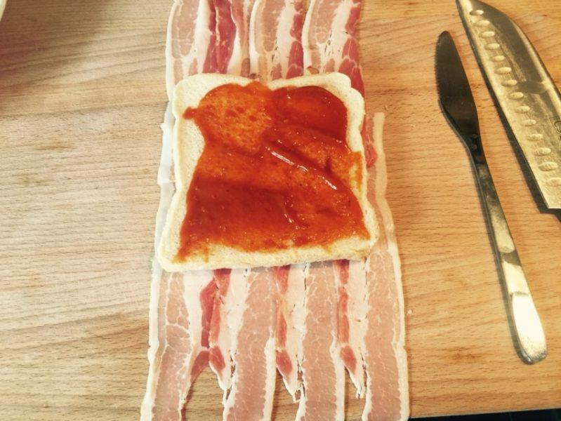 Ketchup für den Bacon Toast von innen. LECKER!