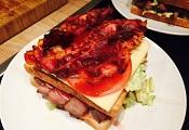 Sandwich mit Bacon und Tomate