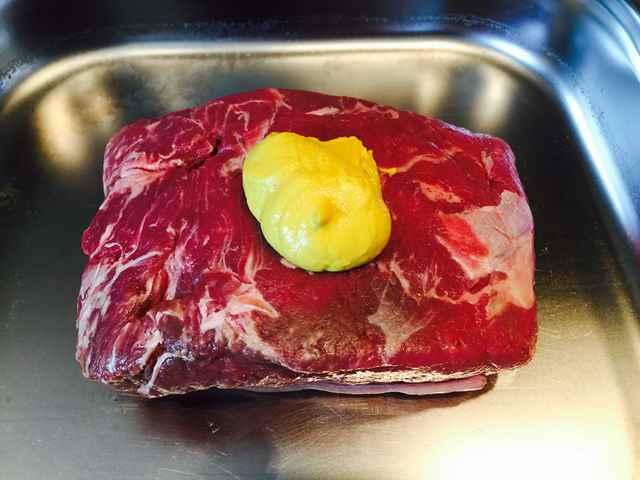 Senf in das Fleisch einmassieren