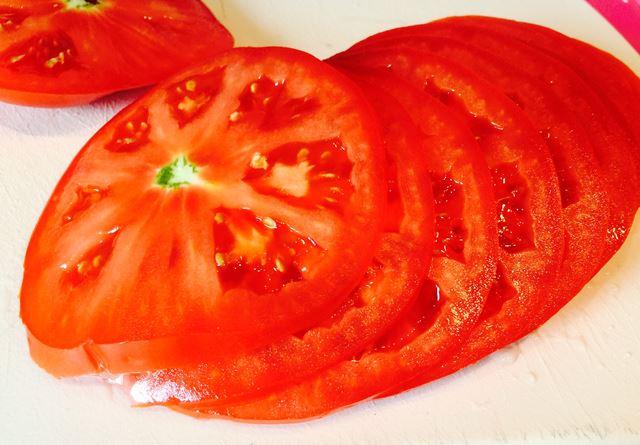 Tomaten für Cheeseburger schneiden